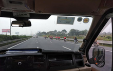 Nhóm phượt hàng chục xe máy phóng ào ào trên cao tốc