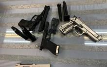 Bắt giữ nam hành khách mang 3 khẩu súng từ Pháp về Việt Nam