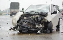 Chồng cầm lái ôtô tông xe tải, vợ chồng và con trai trọng thương