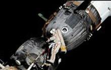 Phi hành gia Nga đi bộ trong không gian tìm hiểu vết nứt trên tàu Soyuz
