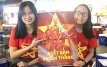 Hàng ngàn cổ động viên đổ về phố đi bộ cổ vũ tuyển Việt Nam