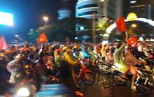Người dân Đà Nẵng đội mưa xuống đường ăn mừng đội tuyển Việt Nam chiến thắng