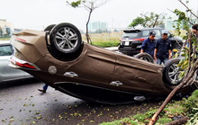 Ô tô mất lái bị lật, tài xế đạp cửa thoát thân