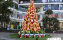 Cây thông Noel dựng từ 2.000 chiếc nón lá ở Hà Nội