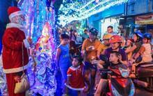 Hang đá khổng lồ, cây thông Giáng sinh rực rỡ đón Noel