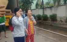 Người phụ nữ khóc ngất trước cảnh công ty bốc cháy