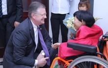 Những hình ảnh Đại sứ Mỹ trò chuyện cùng người khuyết tật