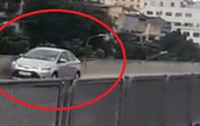 Xế hộp liều lĩnh chạy lùi ở đường trên cao có hàng trăm ôtô di chuyển tốc độ cao