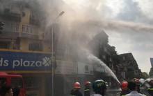 Cháy bùng phát ở chung cư, hàng trăm người chạy tán loạn