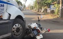 Bị xử phạt, tài xế nhấn ga xe container húc bẹp mô tô CSGT