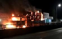 Xe tải bất ngờ bốc cháy dữ dội trên Quốc lộ 1