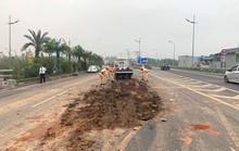 Đổ bùn đất giữa đường gần sân bay Nội Bài, nhiều ôtô tông nhau liên hoàn