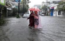 Đường phố Đà Nẵng biến thành sông sau trận mưa lớn kéo dài nhiều giờ