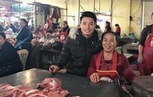 Chợ quê xôn xao khi trung vệ Tiến Dũng phụ mẹ bán thịt heo