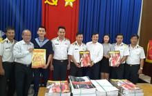 Báo Xuân Người Lao Động đến với các chiến sĩ Hải quân Vùng II
