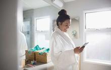 Tại sao cần ngừng ngay việc mang điện thoại vào nhà vệ sinh?