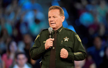 """Mỹ: Nghi phạm xả súng bên trong, cảnh sát """"tìm chỗ núp"""""""