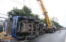 Tài xế ngủ gật, xe tải chở dưa lật nhào ra đường