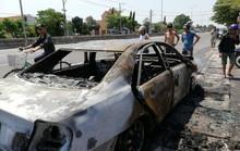 Xe Camry bốc cháy trơ khung trên Quốc lộ 51