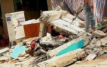 Bức tường đổ sập, hàng chục người chạy thục mạng