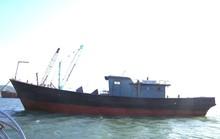 Tàu vỏ sắt có chữ Trung Quốc không người trôi trên biển Thừa Thiên - Huế