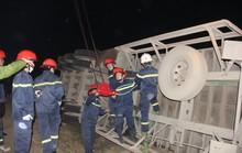 Đang giải cứu 2 phụ nữ đi đường bị xe container lật úp đè lên người
