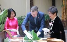Video tân Đại sứ Mỹ thuần thục gói bánh chưng đón Tết