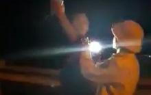 Đình chỉ CSGT rọi đèn pin, vung tay với người quay phim