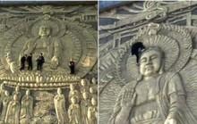 Khách Trung Quốc trèo lên bức điêu khắc Phật khổng lồ