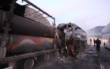 Xe buýt tông xe tải, 33 người thương vong