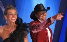 Sao nhạc đồng quê Tim McGraw ngã quỵ trên sân khấu
