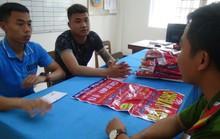 Lén lút treo quảng cáo trong đêm, 2 thanh niên bị xử