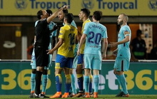 Trọng tài tước chiến thắng của Barcelona, quyết cứu La Liga