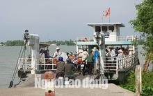 Bến đò ngưng hoạt động, dân nháo nhào vì mắc kẹt bên sông