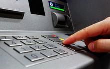 Vì sao nhiều người mất tiền trong thẻ ATM dù đang giữ thẻ?