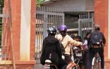 Hiệu trưởng bật khóc vì clip giáo viên chặn cổng thu tiền giữ xe học sinh