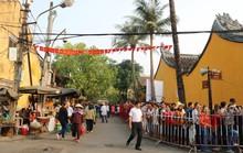 Hơn 12.000 người  xếp hàng rồng rắn đi lễ chùa Ông ở Hội An