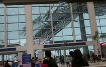 Gió xé mái che sân bay Trung Quốc như xé giấy