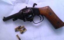 Thanh niên 20 tuổi xách súng tới nhà bắn đối thủ nguy kịch
