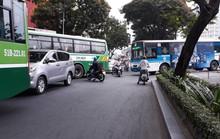 Nguy hiểm rình rập trước đầu xe buýt