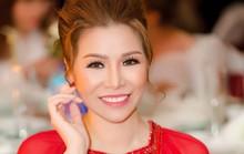 Hoa hậu Bùi Thị Hà lộng lẫy dự tiệc cùng người lạ