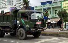 Cảnh sát phải đánh đu trên đầu xe tải