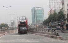 Xe container chở nhiều ô tô con gặp nạn khi sắp vào hầm chui
