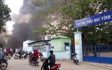 Cháy bãi phế liệu kế bên trường học, sơ tán hơn 500 học sinh