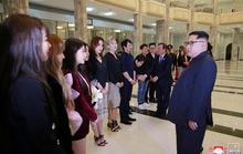 Vợ chồng ông Kim Jong-un vỗ tay tán thưởng nghệ sĩ Hàn Quốc