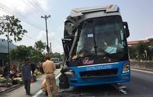 Hơn 30 hành khách hoảng loạn khi xe khách tông xe tải rẽ đột ngột