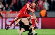 Ronaldo, Ribery bị fan cuồng tấn công