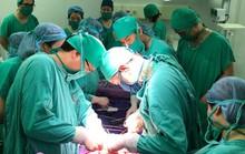 Mổ bắt thai nhi nặng 2,3 kg cho một bà mẹ bị u gan nặng