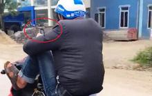 """Clip nam thanh niên dùng chân điều khiển xe máy """"làm xiếc"""" trên quốc lộ"""