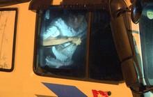 Tông thẳng vào công an, 2 ma men cầm xà beng cố thủ trong xe tải